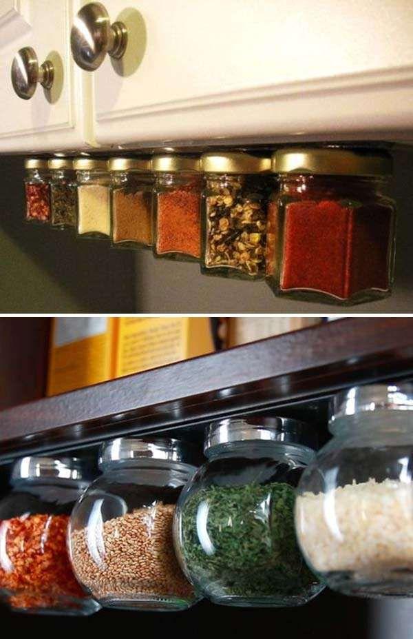 Des pots en verre transformés en boites à épices aimantées.24 Jolies idées de rangements DIY à faire avec des pots en verre