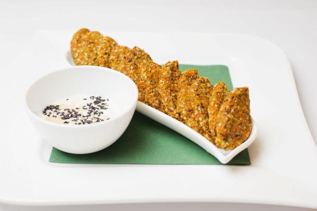 Falafel raw, făurit din muguri de pin, seminţe de floarea soarelui, susan şi in, acompaniat de sos de caju şi tahini.