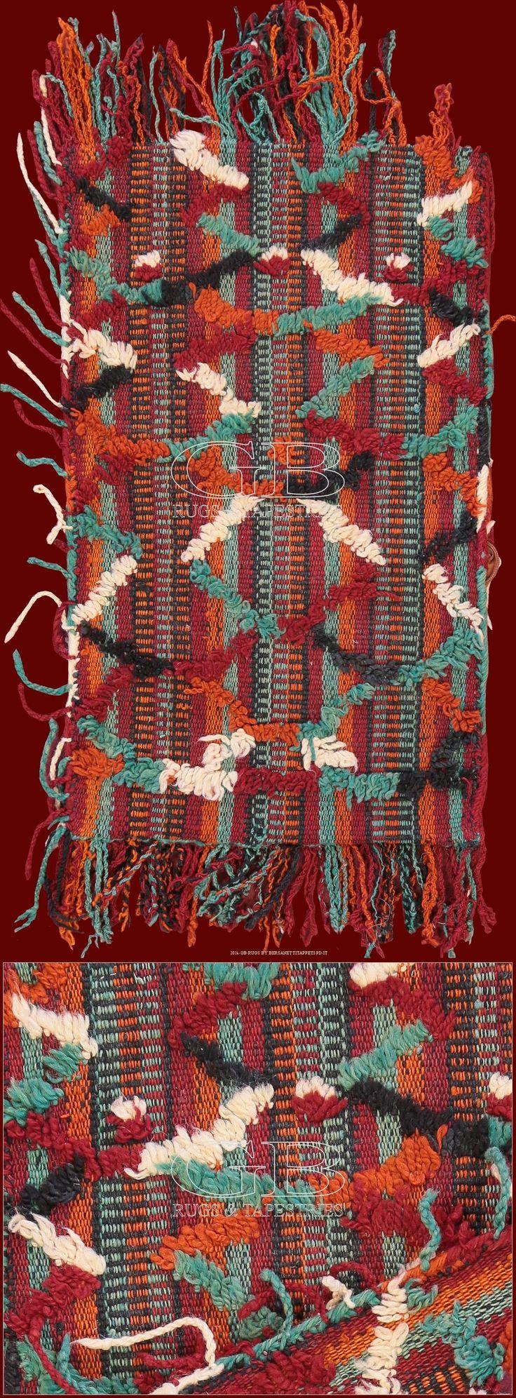 Tappeto Berbero Talsentcm 70 x 37ft 2'3 x 1'2 Cod:: 141418354398Provenienza: MaroccoEtà: VecchioNodi/dmq: 1200 Lavorazione: Annodato a manoOrdito: LanaTrama: LanaVello: Lana I tappeti provenienti dalla regione Talsent (estremo est del Marocco, confine con l'Algeria) si caratterizzano per il colore viola quale colore base e una forte presenza simbolica berbera. Questo pezzo è un elegante esempio degli anni trenta di questa produzione.