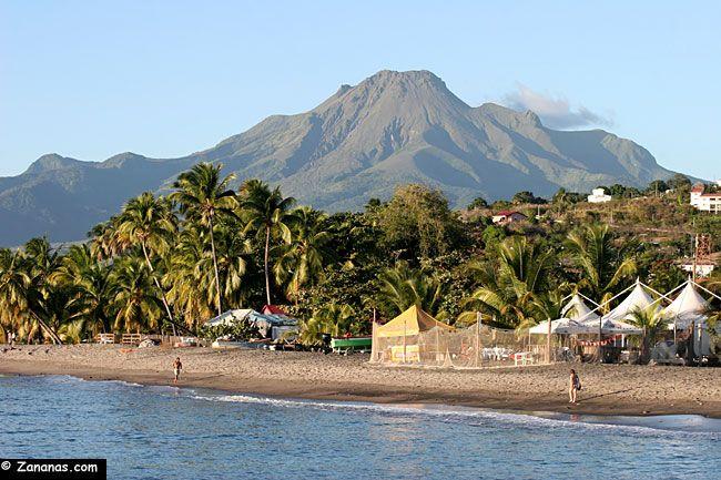 Nord Martinique : Plage du Carbet et Montagne Pelée.