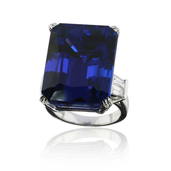 40,74ct Tansanit im Octagonschliff im Weissgoldring mit 0,659ct DiamantenEin Traum in Blau. Traumhafter Tansanit im Octagonschliff mit 40,74 ct ziert diesen wunderbaren Ring.  Gefaßt ist dieser Sammler Edelstein in einer Krappenfassung, an allen vier kurzen Kanten mit je 2 Krappen. Jeweils 2 Diamanten im Smaragdschliff wurden im Verlauf der Ringschiene eingearbeitet und haben insgesamt 0,659 ct. #vintage #jewels #schmuck #schmuck_boerse