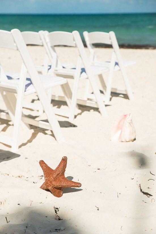 Casamentos à beira da praia podem usar decoração de seres marítimos ao invés de flores. Fica super original!