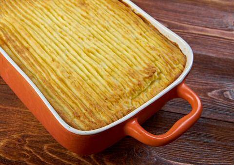 Snel, makkelijk lekker en goedkoop: Sofie Dumont maakt een lekkere ovenschotel met gehakt, prei in kaassaus en aardappelpuree in haar kookprogramma De Keuken van Sofie.