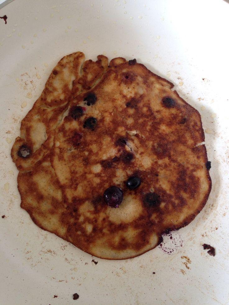 Prak twee bananen en daarop 3 eieren en een paar blauwe bessen. Mix deze en bakken maar!   Klaar is je Paleo ontbijt!