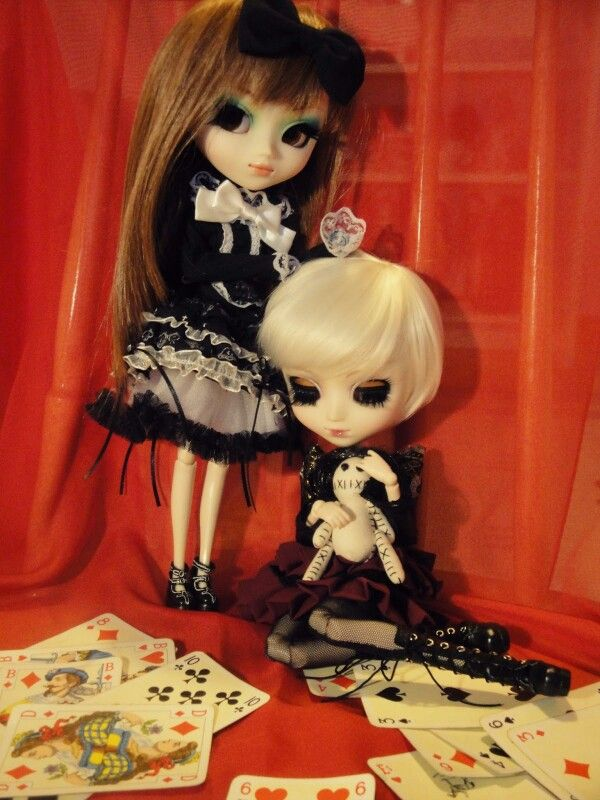 The world is full of kings and queens that blind your eyes and steal your dreams (Haigha - Pullip Prunella and Edriel - Pullip Eos)