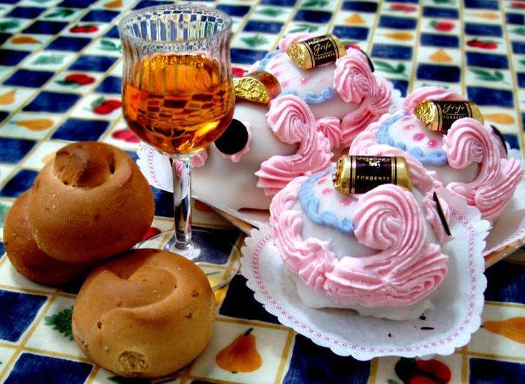 """Il giorno di San Martino e la così detta """"estate di San Martino"""" vengono festeggiati con dolci e vino. Non tutti forse conoscono la storia di questo Santo, ma l'occasione per imbandire la tavola non viene persa."""