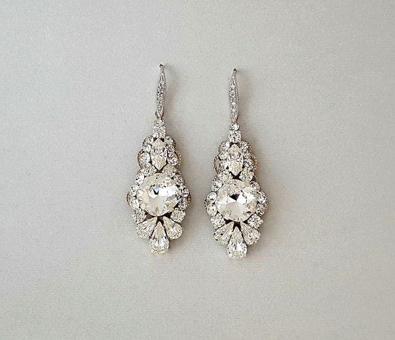 Vintage Style Swarovski Crystal boucles doreilles pendantes-superbe, chatoyantes cristaux Swarovski (claires), argent plaqués paramètres adorant les filigranes de style vintage. Long, lisse et léger confortablement. Boucles doreilles sont 2.25 de longueur et. 75 dans lensemble. Bracelet suggérée: (peut être fait avec un cristal clair Centre) https://www.etsy.com/listing/203469955/pearl-bridal-bracelet-wedding-pearl?ref=shop_home_active_7 Collier de toile de fond…