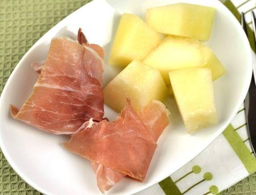 Prosciutto med melon. En snabb och god förrätt eller aptitretare. Lufttorkad italiensk skinka med melon är en god kombination med den salt skinkan och söta melonen.