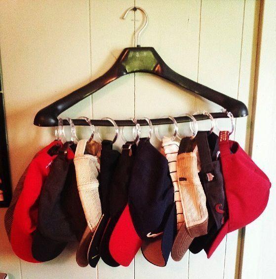 organizar guarda roupa bonés ganhar mais espaço - Cabide + Argolade Cortina Argolas de cortina são super baratas e transformam-se em organizadores de guarda roupa bem bacanas. Você encontra em qualquer armarinho ou loja de materiais para costura.