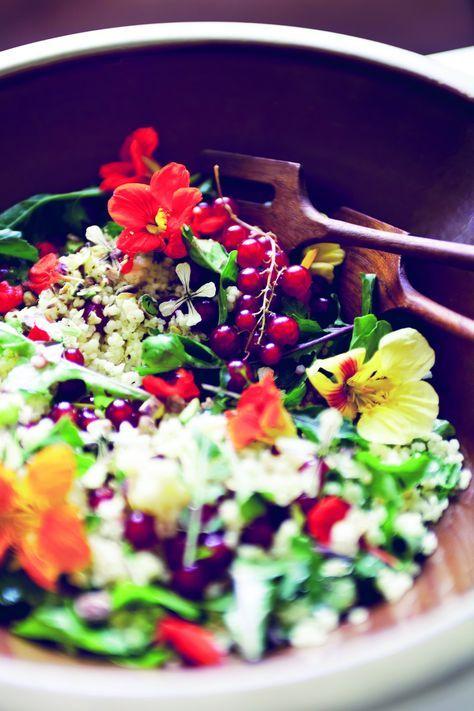 Fleurige rucolasalade met eetbare bloemen! Veel bloemen zijn eetbaar en verrassend gezond. In deze salade zitten de bloemen van Oost-Indische kers. www.eatpurelove.nl