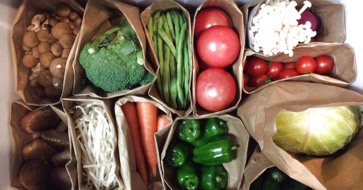 冷蔵庫の野菜室に入ってくるお野菜達は季節によっても種類が変わったり、同じ種類でも大きさが違ってなかなかうまく納まりません(>人<;) でも、紙袋だと形状に合わせられるし、お野菜の鮮度も保ちやすいです(o^^o) でも、Σ( ̄。 ̄ノ)ノあ、これは何の包みだったかな?と開けるのも面倒ですよね〜 そこでおすすめはお野菜クリップ(*^^*) 100均の木製クリップに茶色のペンでお野菜の名前や絵を書くだけで完成☆*:.。. o(≧▽≦)o .。.:*☆ 常備したいお野菜のクリップを作り、紙袋に留め、お野菜がなくなったら 垂らした麻ひもに吊るします。 お買い物にいくときに麻ひもをスマホでパシャっと写真を取れば、 お買い物メモの完成です(o^^o) お子様と作っても楽しいですね。