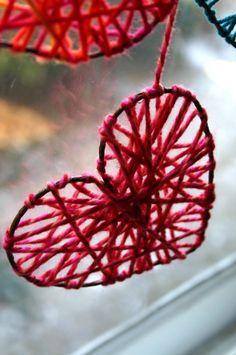 kleine Herzchen aus Draht und Garn Faden