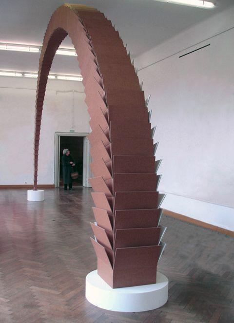 Escultura de cartón de Tobias Putrih