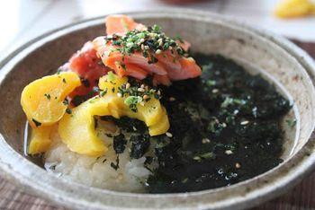 【レシピ】 材料:ごはん、梅干し1個、たくあん5切れ、焼き海苔1/2枚、塩鮭1-2片、わかめふりかけ、緑茶 作り方:ごはんの上に梅干し、たくあん、塩鮭をのせ、焼き海苔は細かくちぎってのせます。ちょっとわかめふりかけをトッピングして緑茶を注げば完成です。