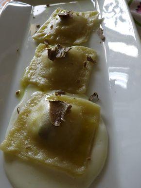Ravioli di patate al tartufo bianco e nero su fonduta di grana