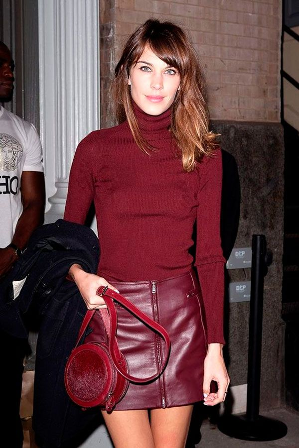 Alexa Chung usa look all burgundy com saia de couro,  turtleneck e bolsa redonda.