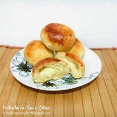 Tem pão mais gostoso que pão de batata quentinho com um cafezinho ou chocolate quente? Esta receita é super prática e bem fácil de fazer, po...