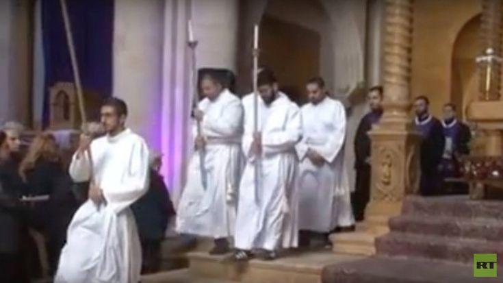 Am Karfreitag feierten Christen aus ganz Syrien in Aleppo die Heilige Messe. Regierungstruppen hatten die Stadt erst vor wenigen Wochen vollständig befreit. Den Osten Aleppos kontrollierten zuvor jahrelang Dschihadisten, welche andere religiöse Gruppen brutal unterdrücken.