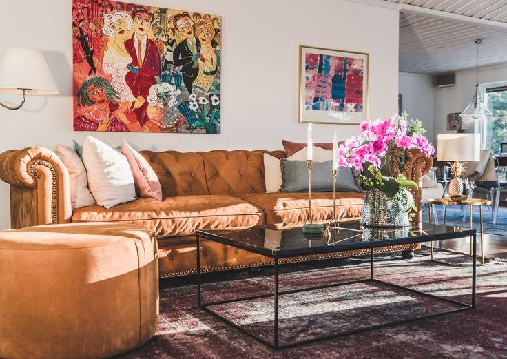 Brun chesterfieldsoffa i skinn. Annilinskinn, soffa, chesterfield, djup, stor, vardagrum, möbler, inredning.
