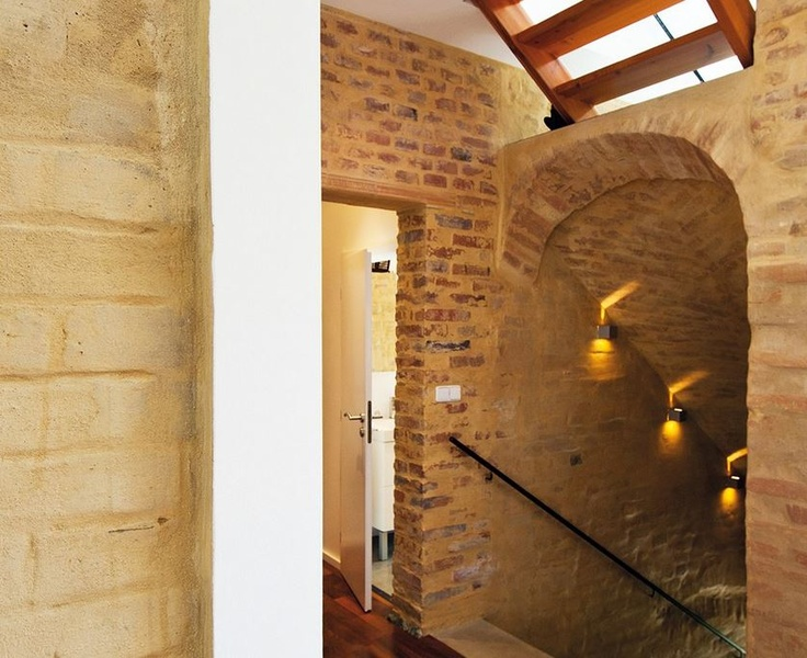 Kde to bylo možné, zachovali architekti původní zdivo, které je nahozené tenkou vrstvou jílu.