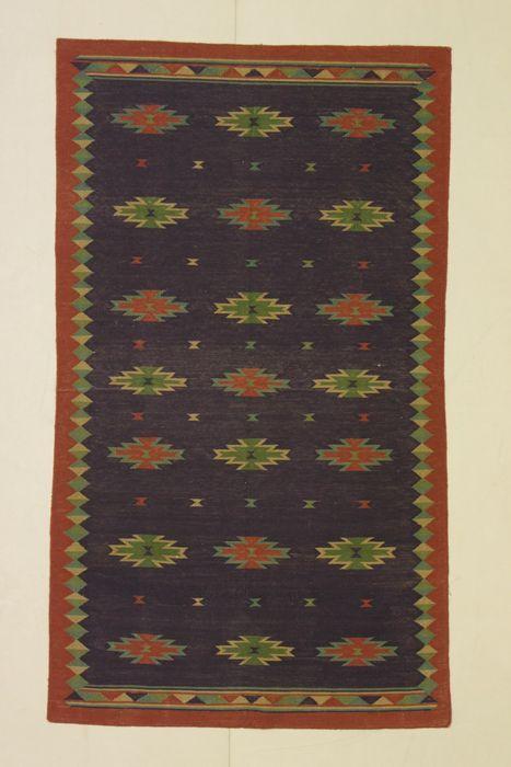 Paar KILIMS (DHURRIE India & SENE Iran) India 1980  Naam: DHURRIE & SENEHerkomst: India & IranAfmetingen: 150 x 90 cm & 167 x 95 cmKatoen perfecte staatKILIM > het ontwerp van deze tapijten is minimalistisch en de kleuren zijn harmonieuze in een aantal eerder lichte natuurlijke tinten. Dit geleidelijke effect is gemaakt door hand met een geselecteerde onregelmatige weefsel met een mooie artistieke rand en natuurlijk geverfd.DHURRIE: naam van een Indiase kilim stof die volledig in katoen…