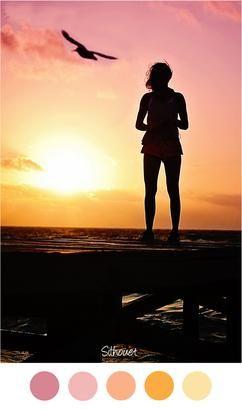 SILHOUET - Vrouw op steiger bij het strand - Mooie kleurencombinatie voor een meisjes slaapkamer. Zachte tinten geel / oranje en roze