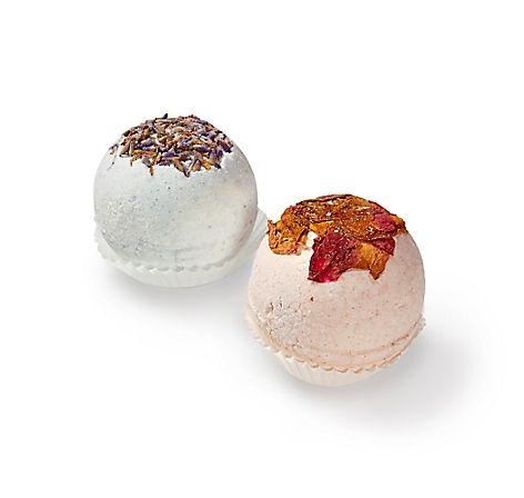 Zwei Badesprudel-Kugeln Rose und Lavendel von Drautaler Seifensiederin – jetzt bei Servus am Marktplatz kaufen.