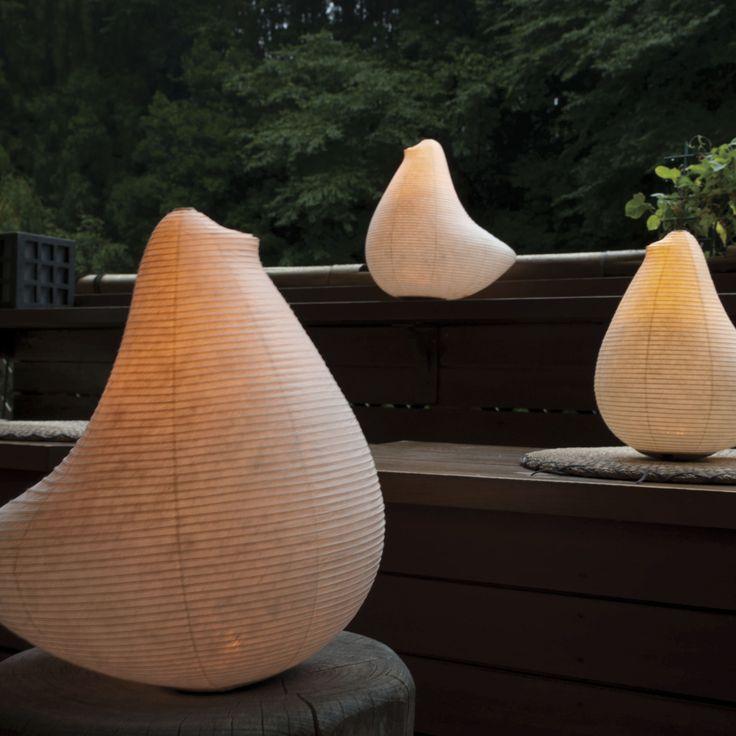 室町時代から続く日本の伝統工芸品「提灯」。SUZUMO CHOCHIN の生みの親「鈴木茂兵衛商店」は、江戸時代/慶応元年/1865年から続く水府提灯の老舗です。水府提灯の製造は、江戸時代に水戸藩の実質石高が大幅に下回り窮乏化した際、下級士族が自らの生活を支える手段として内職に取り入れたのが始まりと伝えられます。水戸藩領内には西ノ内と呼ばれる丈夫な和紙の産地があり、水府提灯はこの紙を使用した丈夫な提灯として人気を呼びました。「鈴木茂兵衛商店」は、水府提灯の伝統的な技術を現代に伝える数少ない提灯製造問屋です。「提灯」は畳むことの出来る照明器具のことで、必要なときに取り出し、必要のないときには畳んで小さく仕舞い、持ち運びが簡単です。昔の人は、今でいう懐中電灯のように、外出時には懐に提灯を入れて出かけていました。提灯は、携帯できて持ち運べる照明器具。日本人の伝統文化から生まれた、自然に寄り添う灯りです。SUZUMO…