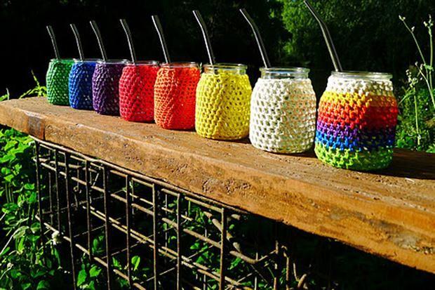 Diez mates con onda  Con un envase de vidrio reutilizado y una funda tejida en crochet , RE al Cubo (tinyurl.com/89n8qqx).