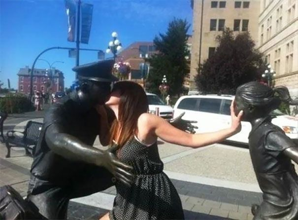 10+ Times People Took Posing With Sculptures To Another Level