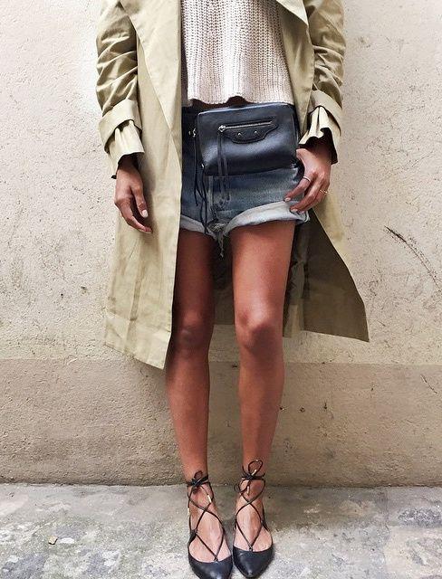Ballerines lacées + short en jean + trench kaki = le bon mix (ballerines Aquazzura - instagram Julie Sarinana)