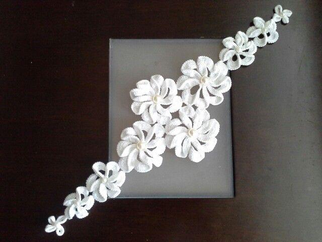 Camino de mesa en crochet con centro de perlas - Crochet table runner with pearls