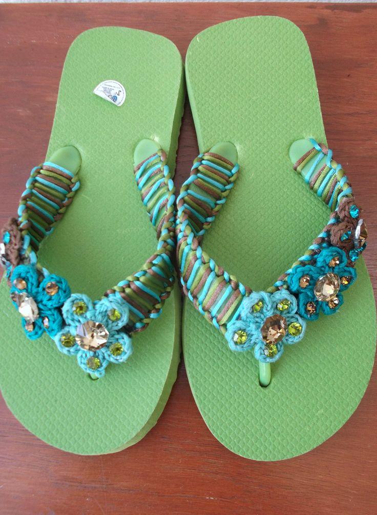 Sandalia bordada y adornos de flores tejidas ...