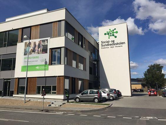 """Acrimo har leveret """"Skjult"""" solafskærmning til SOSU Vejle. - Building Supply DK"""