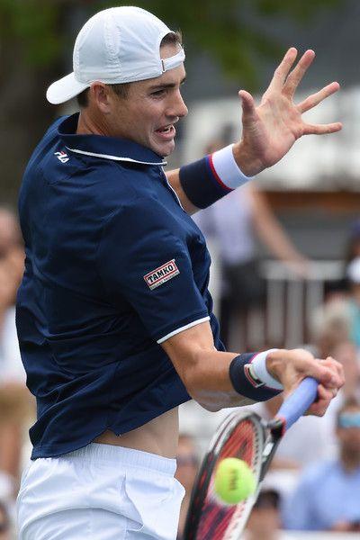 US John Isner returns the ball to France's Pierre-Hugues Herbert during their Men's Singles match at the 2017 US Open Tennis Tournament on August 28, 2017 in Flushing Meadows, New York. / AFP PHOTO / Eduardo Munoz Alvarez