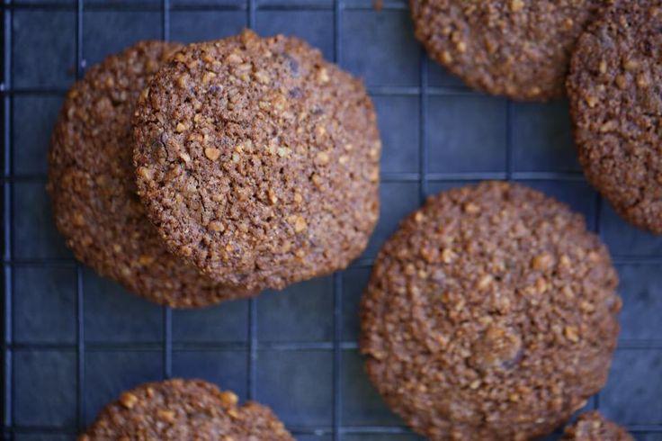 Onsdag og tid for noe søtt og sunt. Jeg blir liksom aldri lei av cookies, nok fordi det er så utrolig enkelt å lage, og så utrolig enkelt å lage sunt! Som for eksempel disse – kun fire ingredienser, rør sammen, sleng det på et stekebrett, inn i ovnen, ferdig! …