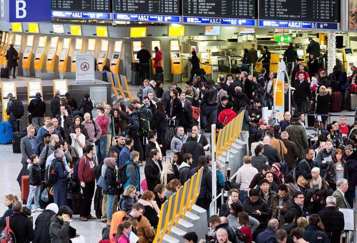 Kein Abflug: Zehntausende Fluggäste der Lufthansa müssen ihre Reisepläne im Advent ändern. Die Fluggesellschaft muss wegen des Pilotenstreiks ab 1. Dezember zu Mittag etwa 1.350 Flüge streichen. Damit fallen knapp die Hälfte der insgesamt 2.800 Verbindungen aus (Foto Airport Frankfurt). Insgesamt seien etwa 150.000 Fluggäste betroffen. Auch Flüge von und nach Wien und Graz sind vom Pilotenstreik betroffen. Mehr Bilder des Tages: http://www.nachrichten.at/nachrichten/bilder_des_tages/ (Bild…