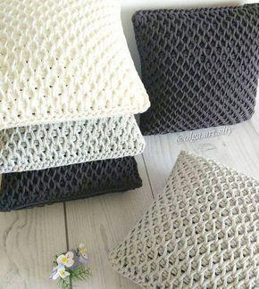 Almohadones tejidos con trapillo o totora en crochet tunecino