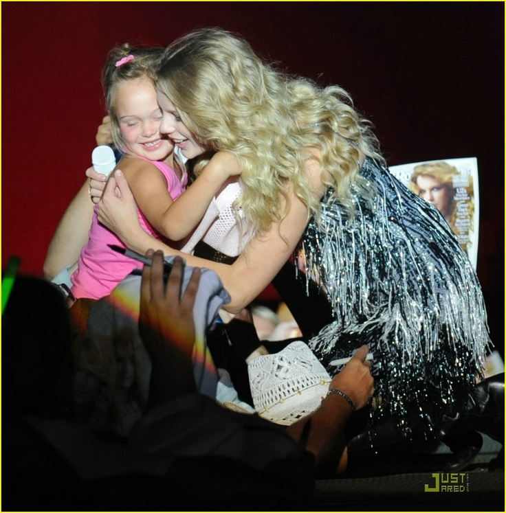 Taylor Swift meets the little boy she donated $10,000 to for a service dog