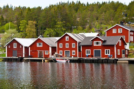 De la Laponie aux îles de la mer Baltique, en passant par Stockholm, découvrez la Suède du Nord au Sud. A l'image, des maisons typiques au bord de l'eau, construites en bois et peintes en rouge avec des contours blancs...Tout un symbole