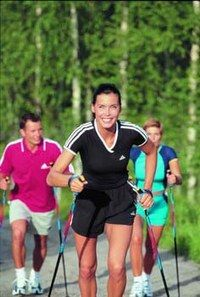 Le Nordic Walking - Marche, randonnée, walking - Conçue au départ pour entraîner les skieurs de fond scandinaves durant les mois d'été, la marche nordique a très vite conquis des millions de sportifs en Allemagne, en Suisse, en Autriche, aux Etats-Unis et au Japon...