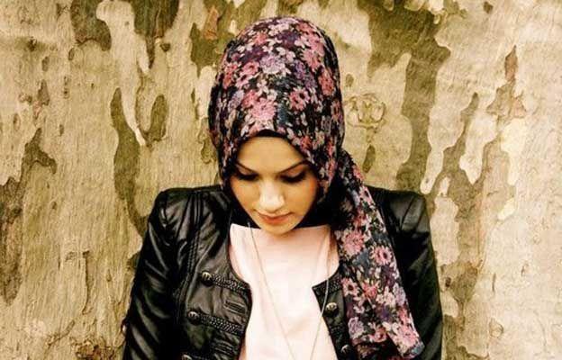 Menutupi bagian tubuh tertentu adalah kewajiban bagi para muslimah. Hijab adalah salah satu media yang bisa membantu para wanita untuk menutup aurat. Penggunaan hijab makin lama makin fashionable dan membuat pemakainya makin cantik. Meski demikian, ada beberapa kesalahan yang sering dilakukan para hijabers saat memakai jilbab.