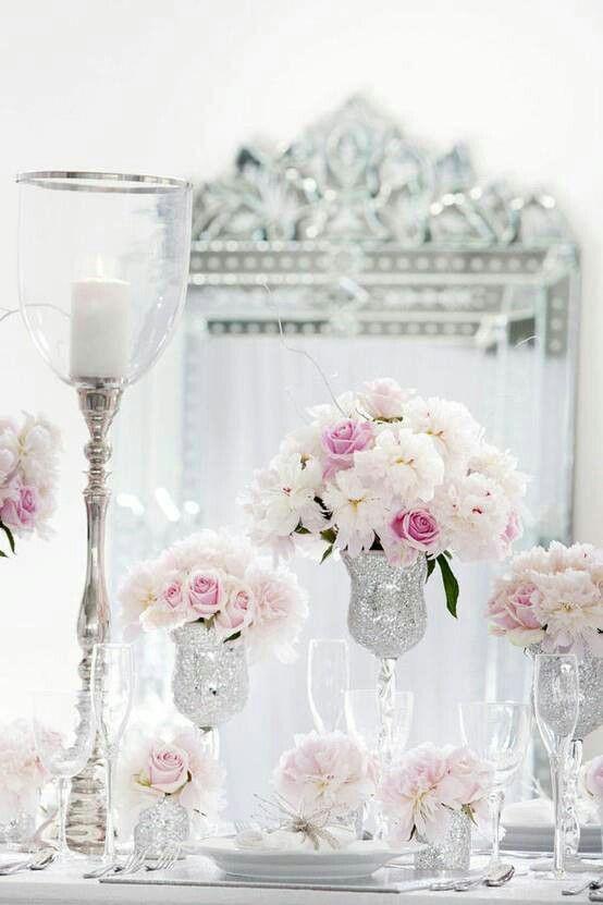 Colores blancos dominantes con acentos rosas