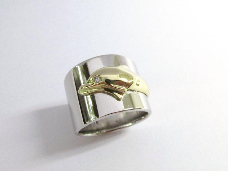 Diseño único y especial en oro  blanco con delfín en oro amarillo  18k fabricado a mano  R808  #hermosasjoyas #duranjoyerosbogota #oro #compracolombiano #hechoamano #diseñopersonalizado #diseñodejoyas #anillos #jewelry #oro #gold #handmade