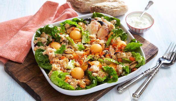 En salat med krabbe, blåskjell og melon passer utmerket til lunsj eller lett middag. Her er den servert med en hjemmelaget dressing og brød.