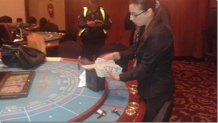 Capturan banda de extranjeros que estafaba casinos http://www.inmigrantesenpanama.com/2015/11/16/capturan-banda-de-extranjeros-que-estafaba-casinos/