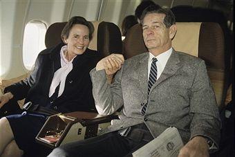 King Of Romania Michel Tries To Reach Romania. En Suisse, le 13 avril 1990, à l'occasion de leur tentative de rejoindre BUCAREST malgré l'inderdiction des autorités roumaines, ANNE DE ROUMANIE assise à côté de son mari le roi MICHEL DE ROUMANIE dans un avion entre Genève et Zurich, se tenant la main.