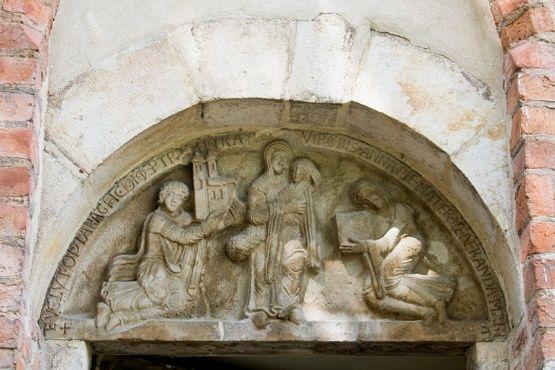 Romański tympanon fundacyjny znajdujący się nad południowym wejściem do bazyliki
