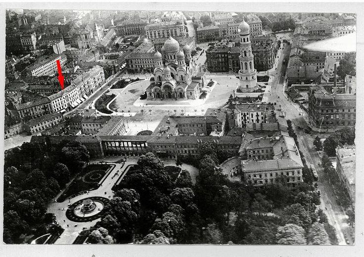 Widok na plac Saski (dzisiejszy Piłsudskiego) na początku XX w. Strzałką oznaczona jest kamienica przy ówczesnej Czystej 8, potem Ossolińskich. Pośrodku - sobór prawosławny