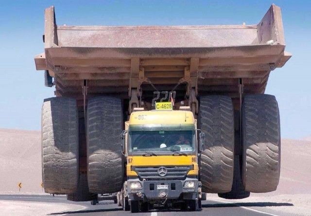 How to transport a gigantic mining truck | wordlessTech. One Little Wrong Move & You'd be Soo Screwed.